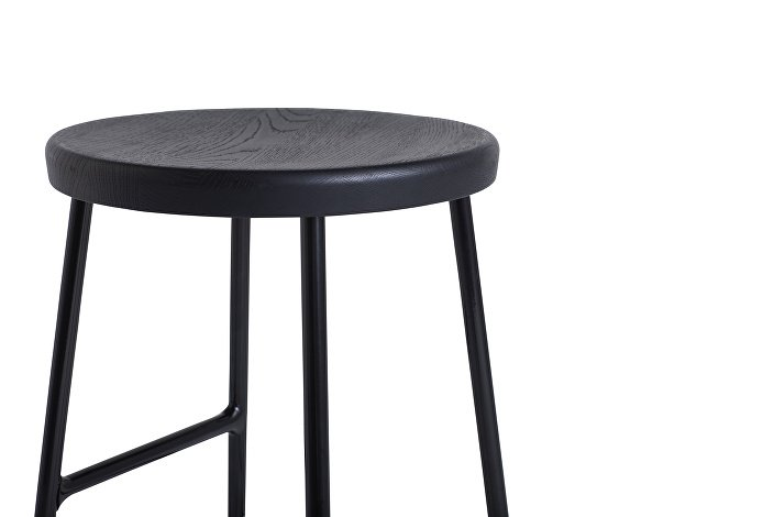 9303011009000_Cornet Bar Stool H65_Black steel_Solid oak black seat_Detail 01_WB