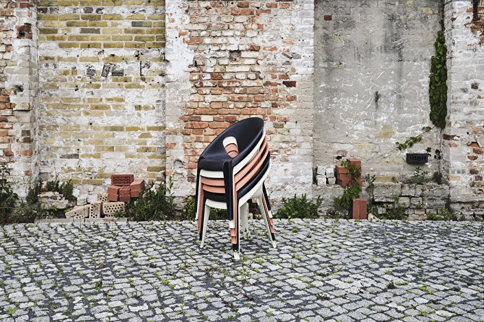 Magis_Bell_Chair_ambient_mono_group_outdoor_01-1_hr