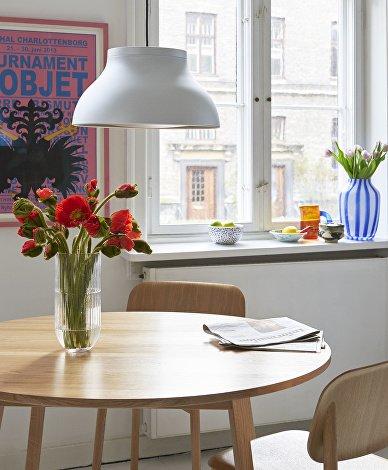 PC Pendant M Aluminium_Triangle Leg Table oiled oak_Soft Edge 12 wood_Colour vase transparent_Juice Vase blue